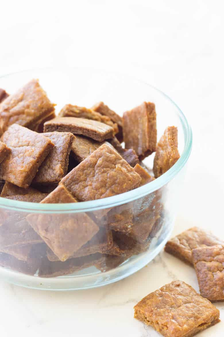 Paleo Cheez-Its! Just 4 ingredients stand between you and these Paleo crackers!