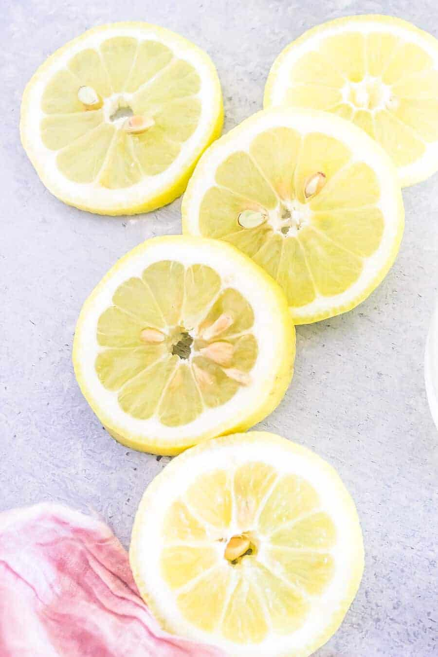 detox lemonade lemon slices